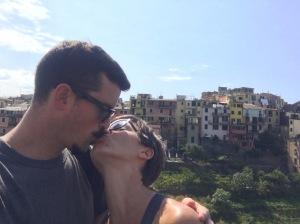 kissing in cinque terre
